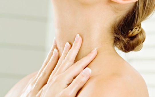 lisser plis cou decollete 542x340 - Astuces simples pour avoir un cou plus jeune