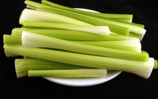 aliments sans calories celeri 542x340 - 20 Calorie-Free Foods That Help You Lose Weight.